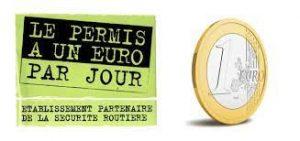 Définition du permis à 1 € par jour  L'opération « permis à un euro par jour » facilite le financement d'une formation à la conduite de véhicules de la catégorie automobile (permis B – véhicules légers) et moto (permis A). Le permis à 1 € par jour, qu'est-ce que c'est ?  Il s'agit d'un prêt dont les intérêts sont payés par l'État.  Le « permis à un euro par jour » a été mis en place par l'État, en partenariat avec les établissements prêteurs et les écoles de conduite, pour aider les jeunes de 15 à 25 ans révolus de bénéficier d'une facilité de paiement de leur formation au permis de conduire. Le coût total de la formation au permis ne change pas mais l'établissement financier avance l'argent et l'État paie les intérêts.  Attention : Un crédit vous engage et doit être remboursé. Vérifiez vos capacités de remboursement avant de vous engager.   Pourquoi cette initiative ?  Le « permis à un euro par jour » permet de répondre à deux objectifs principaux :      faciliter l'accès au permis de conduire, dont le coût peut représenter un frein et un obstacle  à l'obtention d'un emploi ;     continuer à améliorer la qualité générale de la formation, grâce à un partenariat avec des écoles de conduite labellisées qui se sont engagées, aux côtés de l'État,  dans une démarche de qualité.  Pour quelles catégories de permis ?  L'opération « permis à un euro par jour » facilite l'accès à une inscription à une formation à la conduite de véhicules :      de la catégorie B dit permis auto (véhicules légers) ;     de la catégorie A1 (motos dont la cylindrée n'excède pas 125 cm3 et dont la puissance n'excède pas 11 kw ou un 3 roues d'une puissance maximale de 15 kw) depuis le 1er juillet 2016 ;     de la catégorie A2 (moto dont la puissance n'excède pas 35 kw ou un 3 roues d'une puissance maximale de 15 kw) depuis le 1er juillet 2016.  Pour quels montants de prêt ?      600, 800, 1 000 ou 1 200 €, pour une première inscription à une formation à la catégorie A et B du permis de conduire ; 
